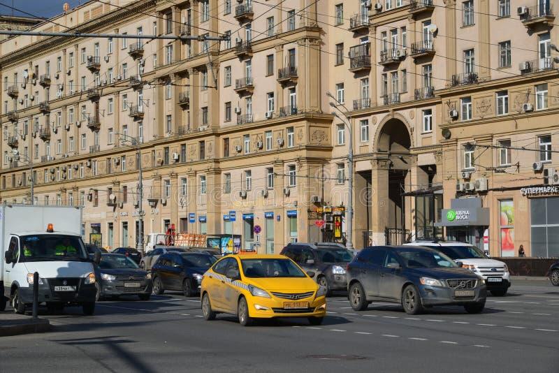 moskau russland 14 m rz 2016 verkehr auf garten ring sadovoe koltso kreishauptstra e in. Black Bedroom Furniture Sets. Home Design Ideas