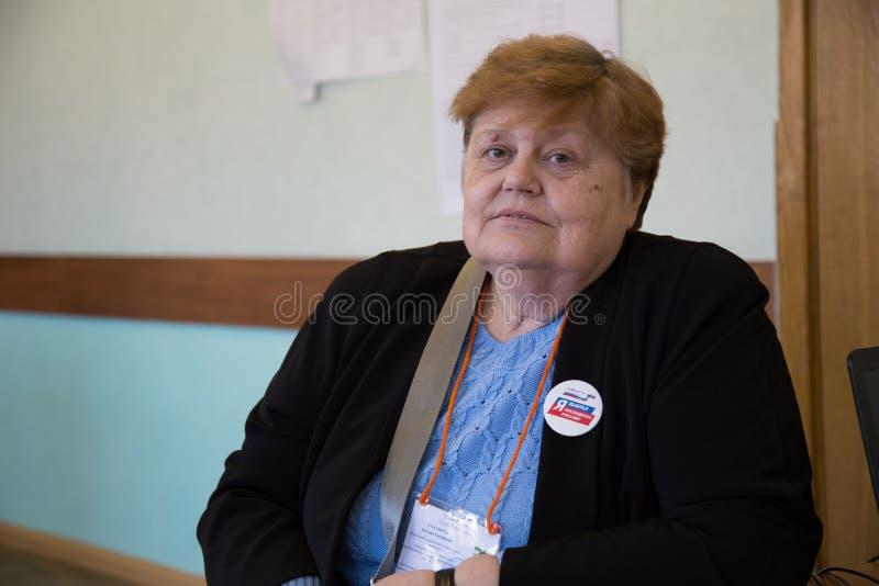MOSKAU, RUSSLAND - 18. MÄRZ 2018: Vorsitzender des Wahllokals lizenzfreies stockfoto
