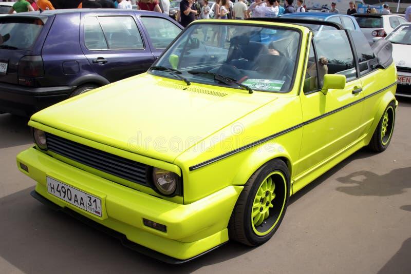 moskau Russland - 20. Mai 2019: Abgestimmtes klassisches Kabriolett Volkswagen Golfs M 1 in der Kalkfarbe geparkt auf der Straße stockfotos