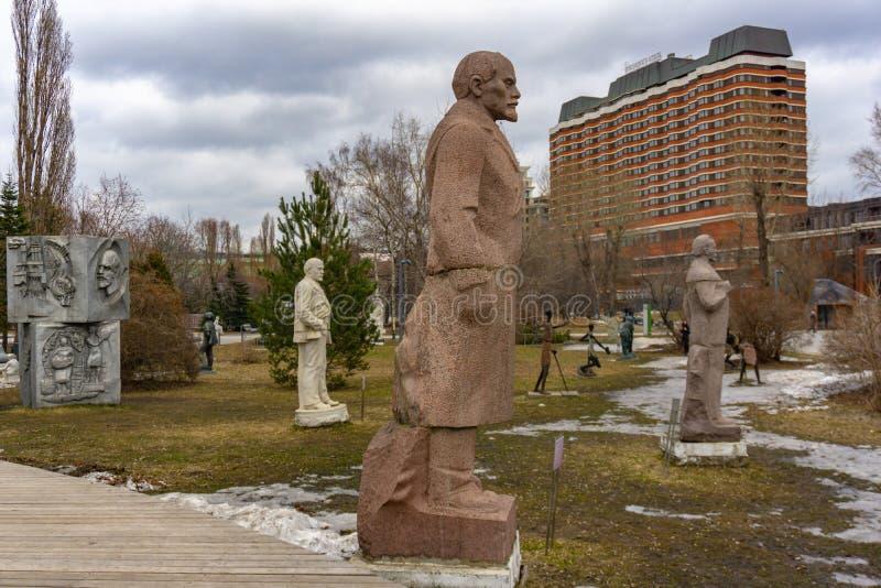 Moskau, Russland, am 29. Mai 2019: Alte kommunistische Statue von Grün Lenin öffentlich Gorky-Park in der russischen Hauptstadt lizenzfreie stockbilder