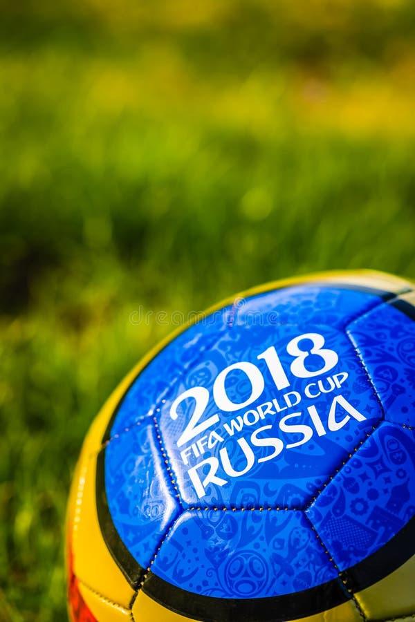 Moskau, Russland 1. Mai 2018 Andenkenball mit dem Emblem der Fußball-Weltmeisterschaft 2018 in Moskau stockfotografie