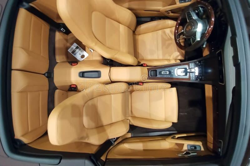 Moskau, Russland - 5. Mai 2019: Beige Innenraum eines Kabrioletts Porsches 911 Ansicht vom oben genanntem hölzernem Lenkrad und v lizenzfreie stockfotos