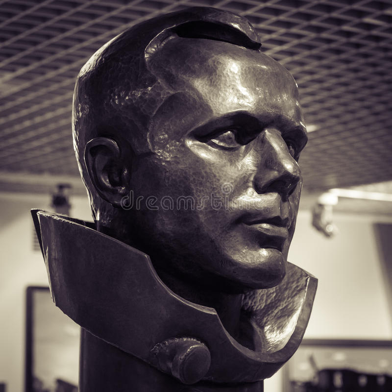 MOSKAU, RUSSLAND - 31. MAI 2016: Berühmte Kosmonaut Gagarin-Bronzekopfstatue im Weltraummuseum stockbild
