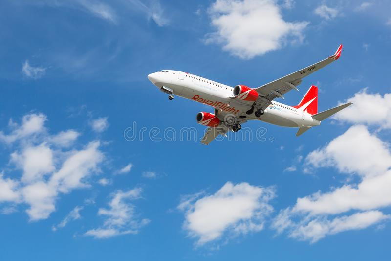 Moskau, Russland - Mai 2018: Boeing 737-800 königlicher Flug-Coral Travel-Landung an internationalem Flughafen Sheremetyevo in Mo stockfoto