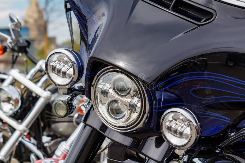 Moskau, Russland - 4. Mai 2019: Chrome-Scheinwerfer und glattes schwarzes windundurchl?ssiges Schild der Harley Davidson-Motorrad stockfotos