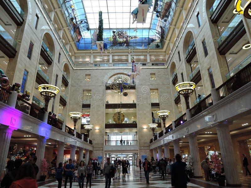 Moskau, Russland 19. Mai 2018: Des Weltdas kaufhaus Detsky Mir Childrens, Leute gehen lizenzfreie stockbilder