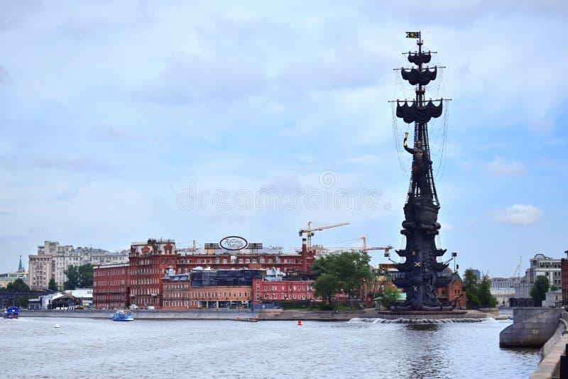 Moskau, Russland - 13. Mai 2019: Die Ansicht des Monuments zu Peter der Große und des Moskva-Flusses vom Krymskaya-Damm stockfotos