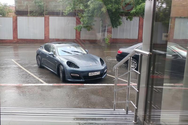 Moskau, Russland - 3. Mai 2019: Gray Porsche Panamera kam zur Verkaufsstelle mit einem Problem Beide Scheinwerfer wurden von gest stockfotografie