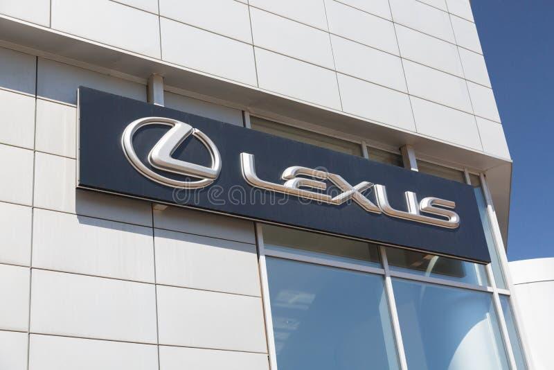 Moskau, Russland - Mai 2018: Lexus-Automobilverkaufsstelle Zeichen gegen blauen Himmel Lexus ist ein japanischer Hersteller von A lizenzfreie stockfotografie