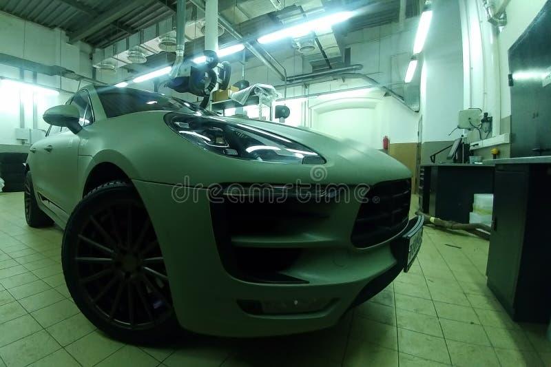 Moskau, Russland - 7. Mai 2019: Matt färbte Hakki erstklassiges SUV in einem Service-Center Porsche Makan wickelte in einem schüt lizenzfreie stockfotos