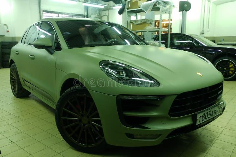 Moskau, Russland - 7. Mai 2019: Matt f?rbte Hakki erstklassiges SUV in einem Service-Center Porsche Makan wickelte in einem sch?t stockfotografie