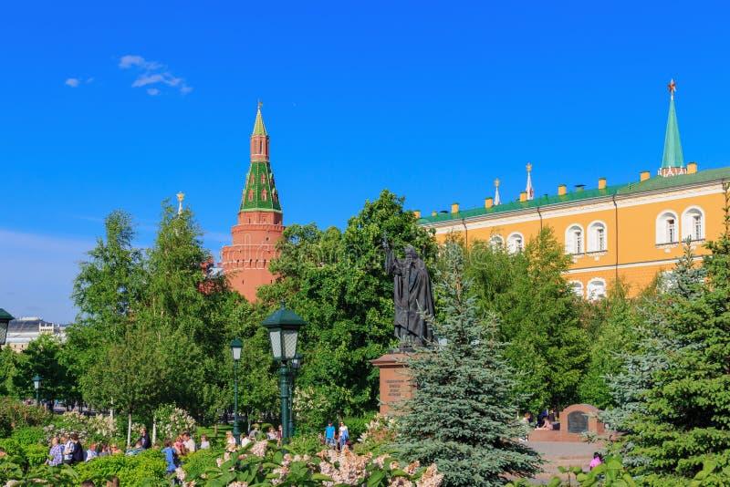 Moskau, Russland - 27. Mai 2018: Monument, zum von Hermogenes in Alexandrovsky-Garten gegen Gebäude Moskaus der Kreml am sonnigen stockbilder