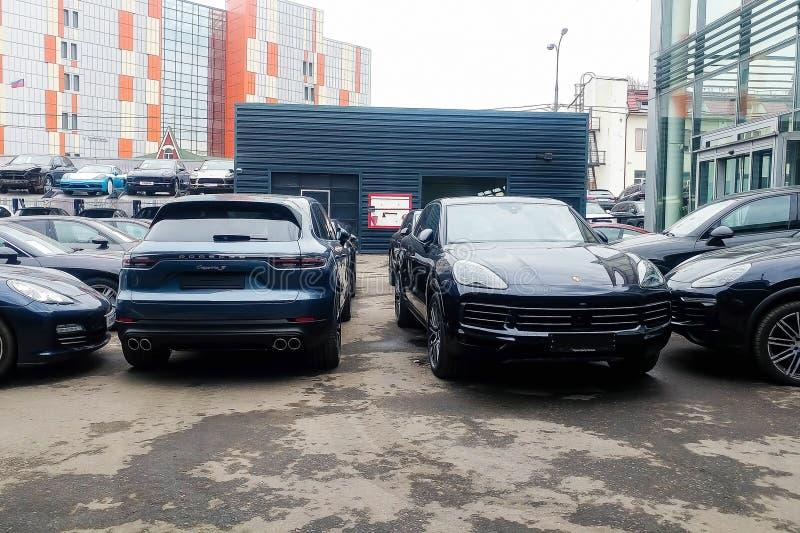 Moskau, Russland - 18. Mai 2019: Neue Generation von Porsche Cayenne in der grau-blauen Farbe geparkt auf der Straße R?ckseite, R lizenzfreie stockbilder