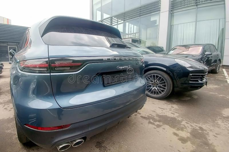 Moskau, Russland - 18. Mai 2019: Neue Generation von Porsche Cayenne in der grau-blauen Farbe geparkt auf thhe Straße Rückseite,  lizenzfreie stockfotografie