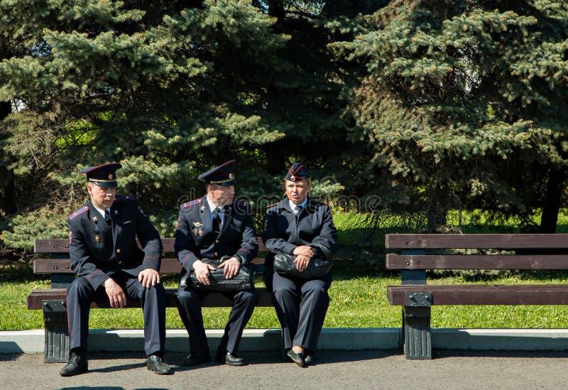 Moskau, Russland, am 9. Mai 2018: Polizeibeamten, die auf einer Bank am sonnigen Tag sitzen stockfoto