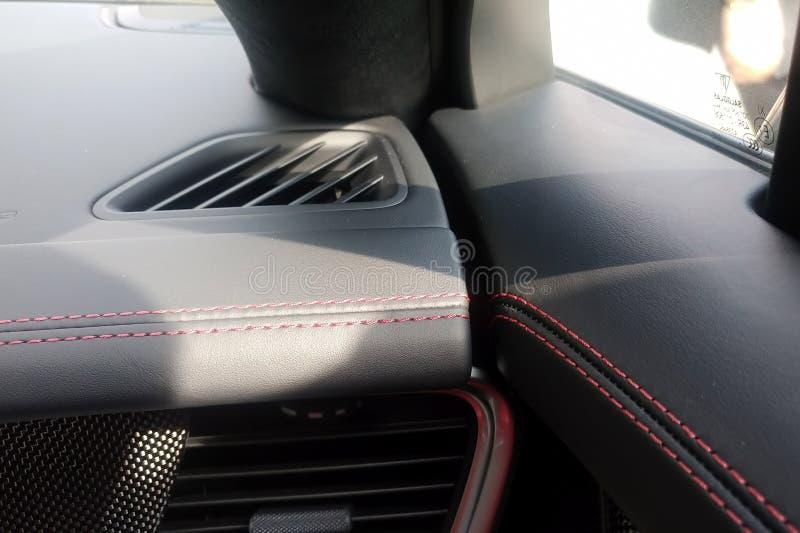 Moskau, Russland - 9. Mai 2019: Rotes Nähen, Leder und Kohlenstoff im Innenraum eines Porsche-panamera lizenzfreie stockbilder