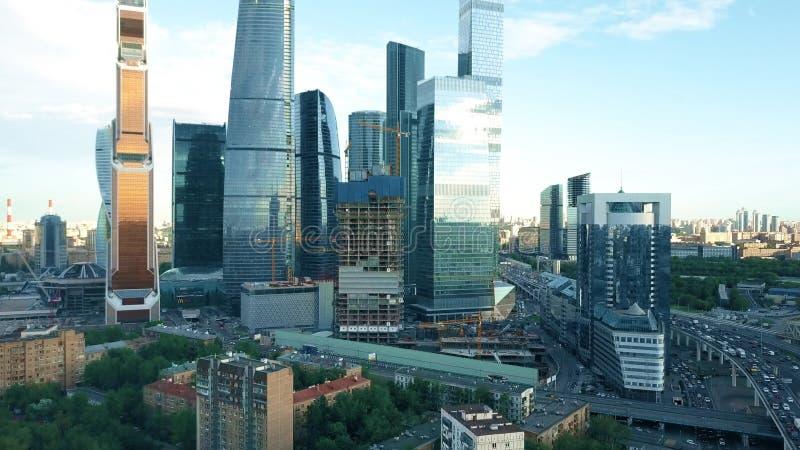 MOSKAU, RUSSLAND - MAI, 22, 2017 Steigender Luftschuß des internationalen Geschäftszentrums, des Büros, des Einkaufens und des Wo stockbild