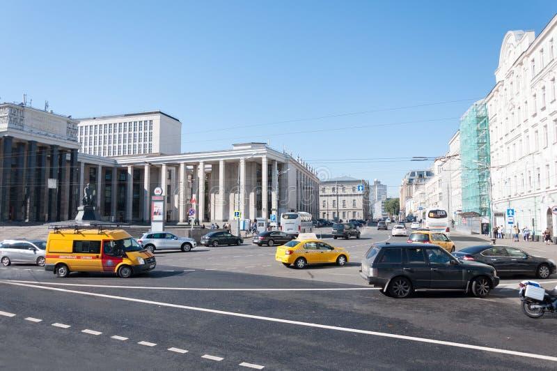 Moskau, Russland - 09 21 2015 moskau Name der Straße Vozdvizhenka und der Landesbibliothek von Lenin stockfotografie