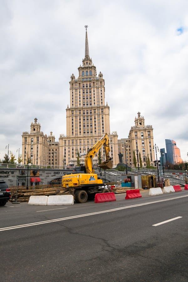 MOSKAU, RUSSLAND - 24. OKTOBER 2017: Gelber Radbagger Hyundai, arbeitend in der städtischen Umwelt nahe bei dem Hotel ` Ukraine-` stockfoto