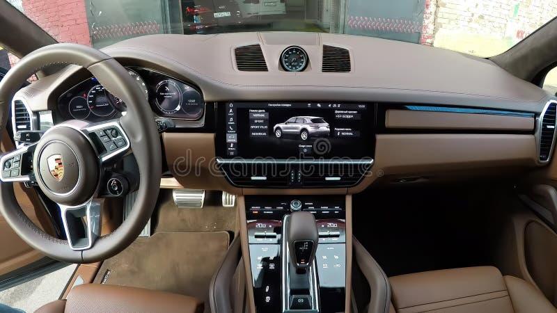 Moskau, Russland - 10. Oktober 2018: Lederner Innenraum Browns des neuen erstklassigen suv Porsche Cayenne 2019 lizenzfreie stockbilder