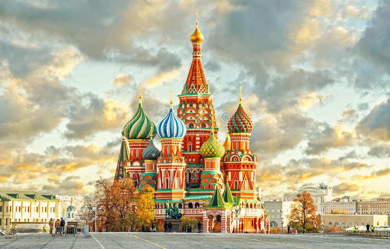 MOSKAU, RUSSLAND, Postkartenansicht des roten Quadrats und St. BASILIKUM cahtedral lizenzfreie stockfotografie