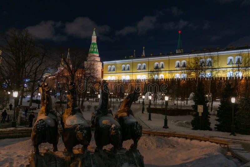 Moskau, Russland 23. September 2014: Ansicht ?ber Alexander-Garten der Kreml-Roten Platzes Brunnen mit vier Jahreszeiten durch Zu lizenzfreie stockfotos