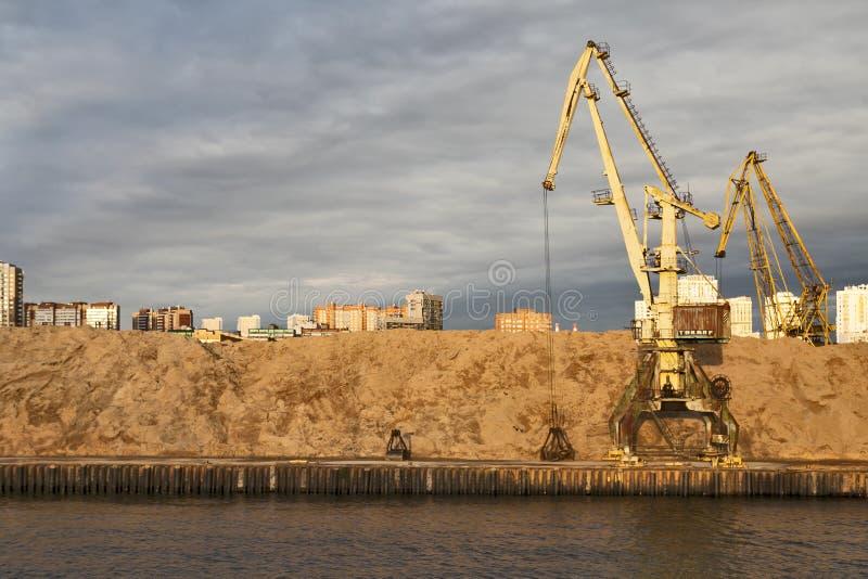 MOSKAU, RUSSLAND - 26. September 2016: Ansicht des Khimki-Reservoirs und Nord- des Fluss-Anschlusses (Nord- Verwaltungs-Okrug lizenzfreie stockfotografie