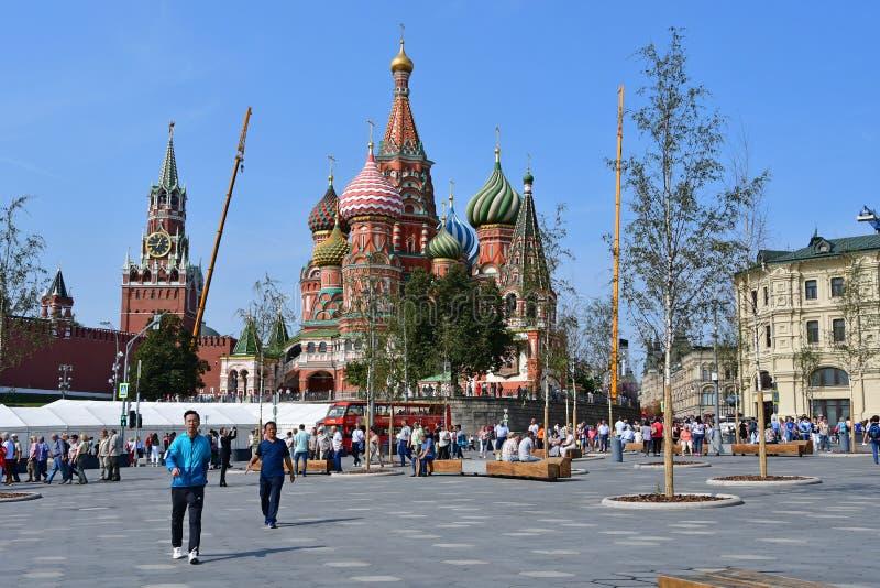 Moskau, Russland, September, 01, 2018 Ansicht f?r St.-Basilikum ` s Kathedrale und der Spasskaya-Turm vom Kreml von Zaryadye park stockfotos