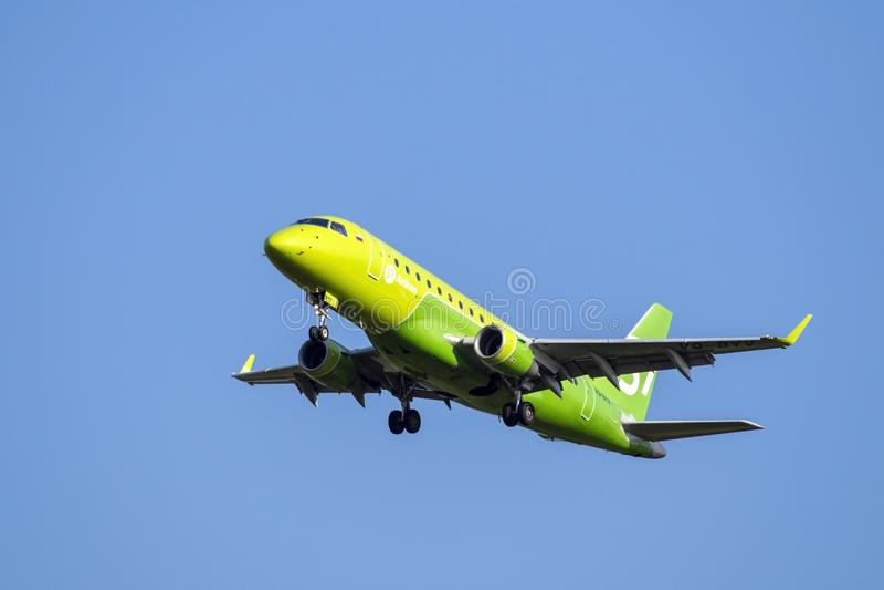 Moskau, Russland 2. September 2018: Domodedovo-Flughafen, Embraer 170 Fluglinien S7 planieren Landung stockfotos