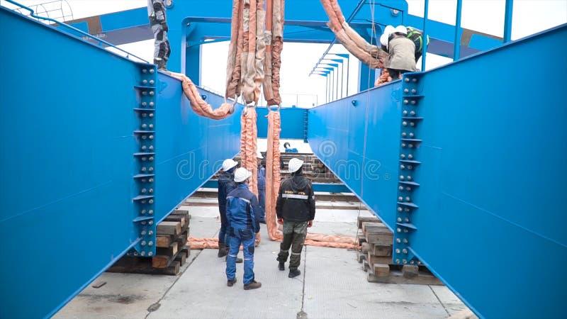 Moskau, Russland - September 2018: Installation des Portalkrans auf Standort clip Arbeitskr?fte an der Baustelle herein engagiert stockfotografie