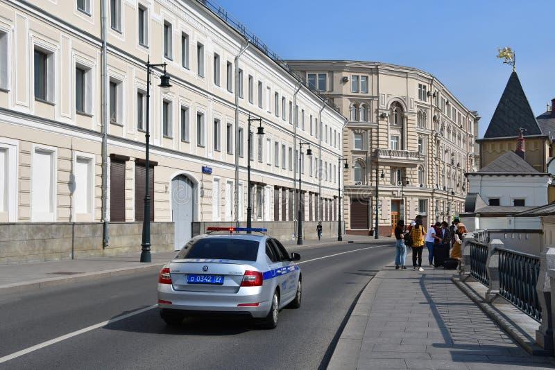 Moskau, Russland, September, 01, 2018 Polizeiwagenfahren hinunter die Straße Varvarka, hinter dem Haus 5/10 errichtendes 1 im Som stockbilder