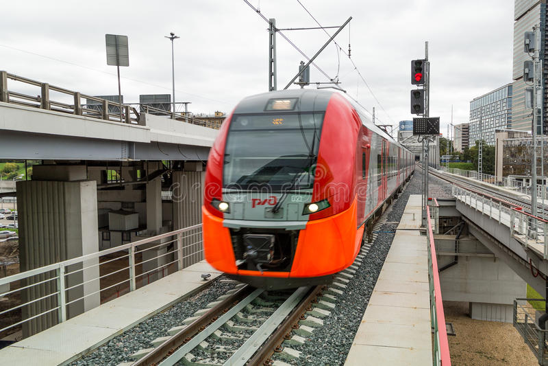 MOSKAU, RUSSLAND - 13. SEPTEMBER 2016: Zentrale Kreis-Linie Zug MCC Lastochka am Station Delovoj-centr stockfotografie