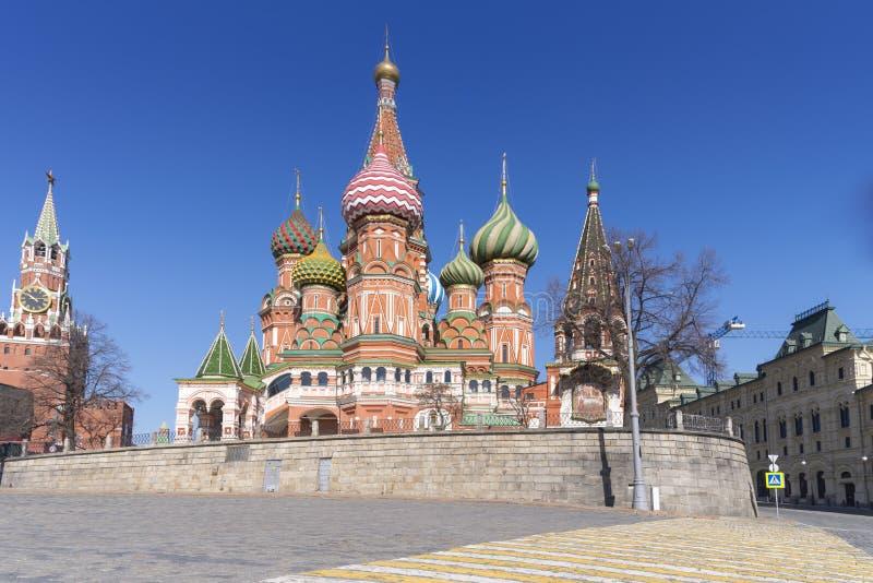 Moskau, Russland, St. Basil& x27; s-Kathedrale und Kremlmauern und Turm lizenzfreie stockfotos