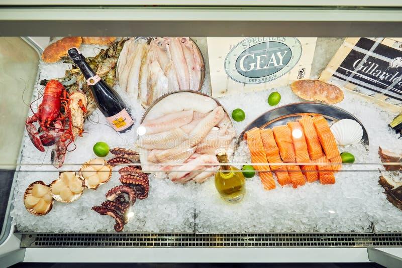 Moskau, Russland, 09 06 2018: Verschiedene Meeresfrüchte auf den Regalen des Fischmarktes lizenzfreie stockfotografie