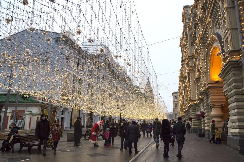 MOSKAU, RUSSLAND: Weihnachtsfestliche Beleuchtung auf Nikolskaya-Straße lizenzfreies stockfoto