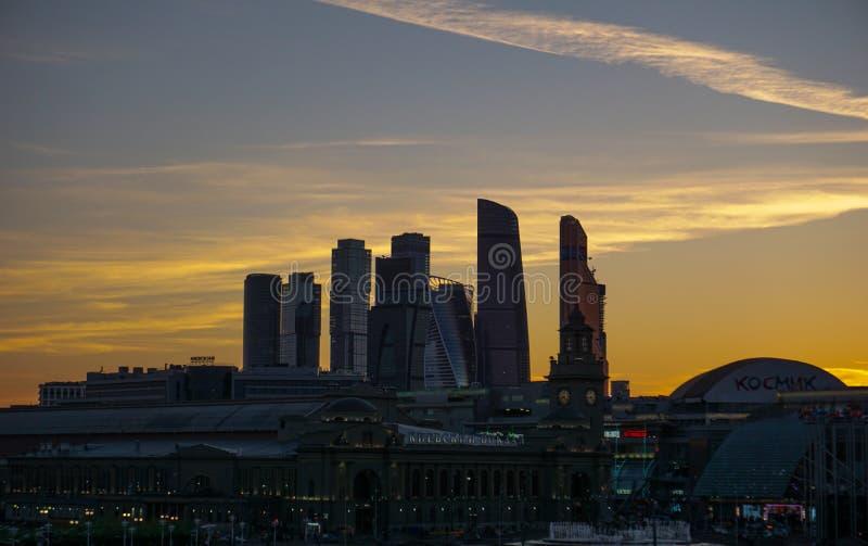 Moskau, Russland, Wolkenkratzer auf gelbem Himmel lizenzfreies stockbild
