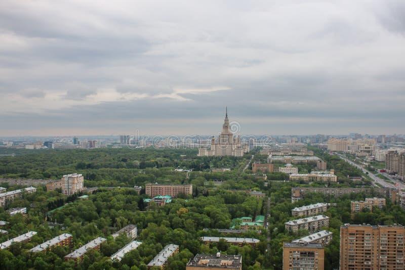 Moskau-staatliche Universität, Ansicht, Moskau, Panorama, Stadt, Häuser, Höhe, überdachend lizenzfreie stockfotografie