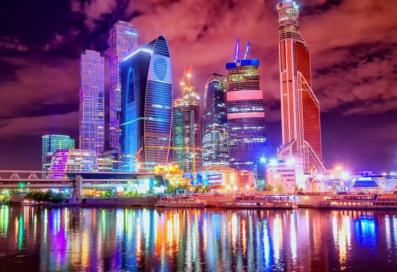 Moskau-Stadt bis zum der Nacht stockfotos