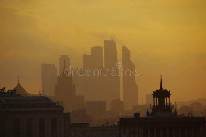 Moskau-Stadt im Nebel lizenzfreie stockfotos