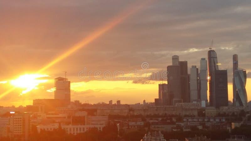 Moskau-Stadtsonnenuntergang lizenzfreie stockfotografie