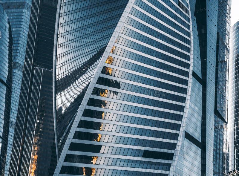 Moskau-Stadtwolkenkratzer gruppieren sich mit blauen reflektierenden Fassaden stockfotografie