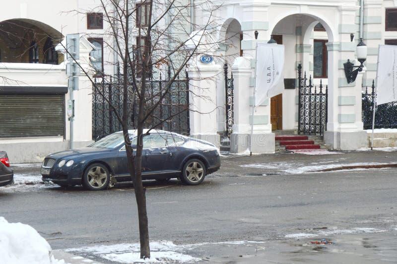 Moskau-Straßen Bentley parkte am Eingang zum Restaurant des zentralen Hauses der Verfasser stockfoto