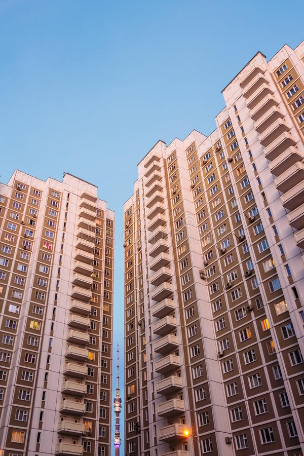 Moskau-Wolkenkratzer mit Ostankino zwischen ihnen stockfotografie