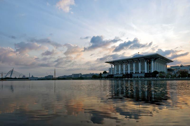 Moskee door de oever van het meer stock foto's