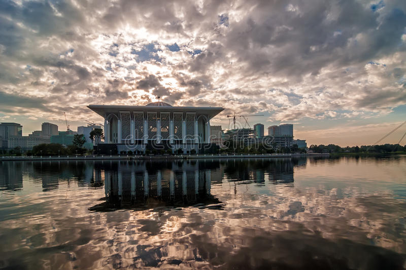 Moskee door de oever van het meer stock afbeelding