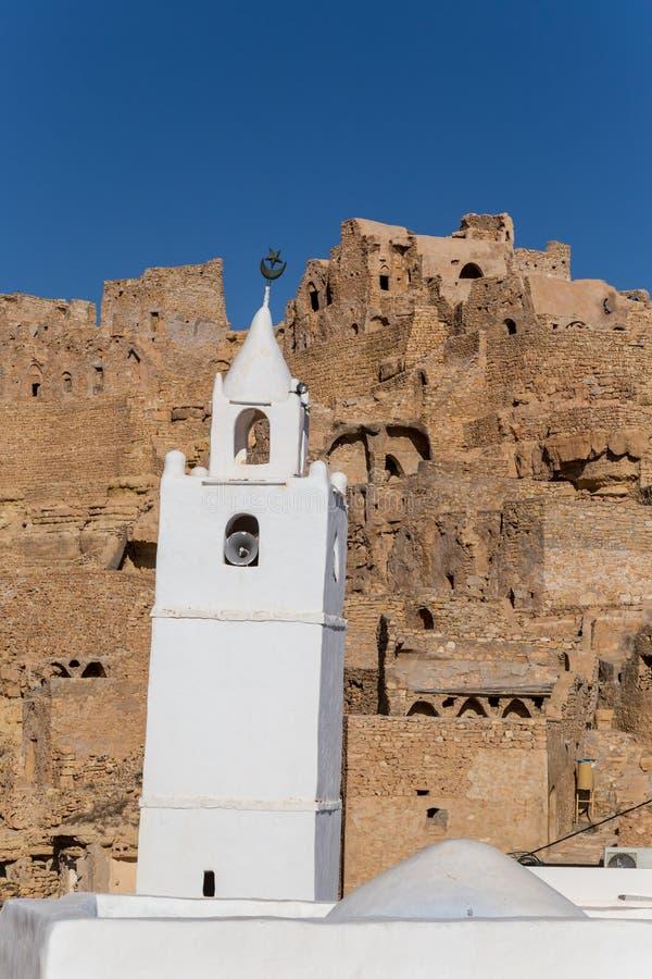Moskee in een traditioneel dorp in Tunesië stock afbeeldingen