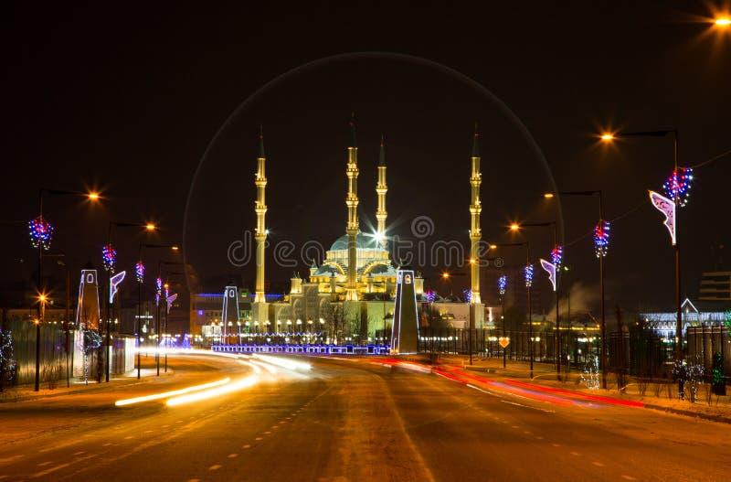 Moskee het Hart van de stad van Tchetchenië en van Grozny bij nacht stock afbeeldingen