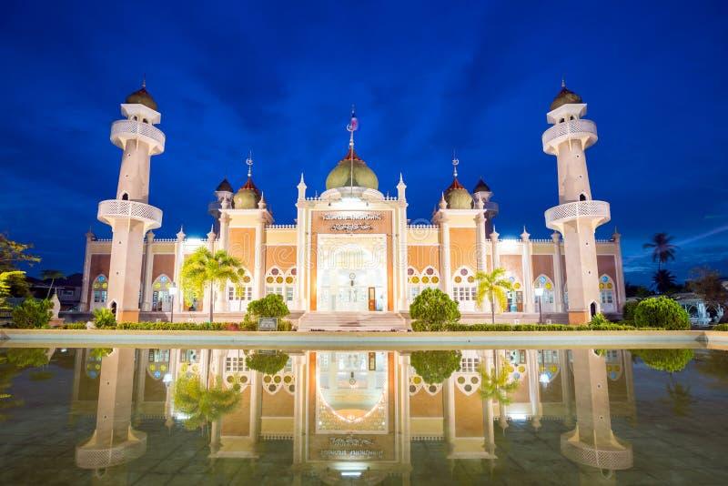 Moskee met bezinning stock foto