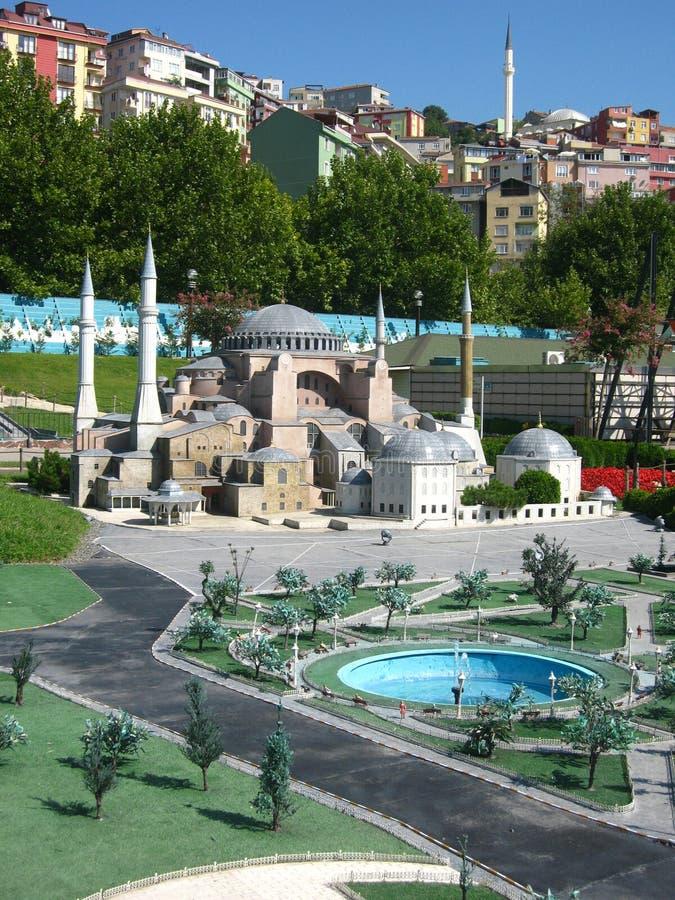 Moskee met hoge minaretten in het park Miniaturk in Istanboel, Turkije stock afbeelding