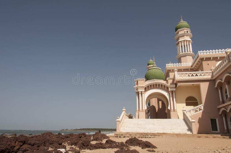 Moskee op het strand stock afbeeldingen